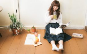 自宅で読書する笑顔の女性