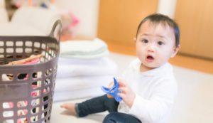 室内で洗濯物近くの赤ちゃん