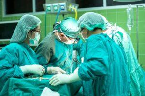 手術室の緊迫した様子