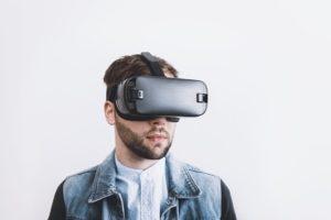 VR体験する男性
